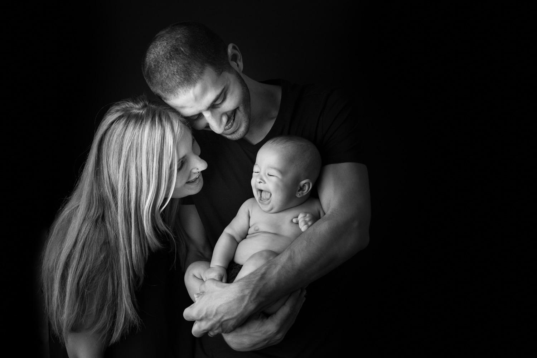 Familia con bebé en blanco y negro