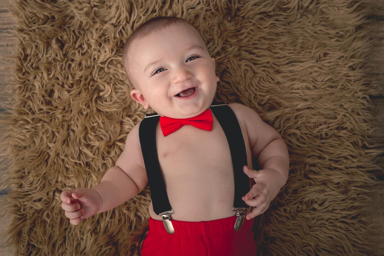 4 bebe sonriente con tiradores