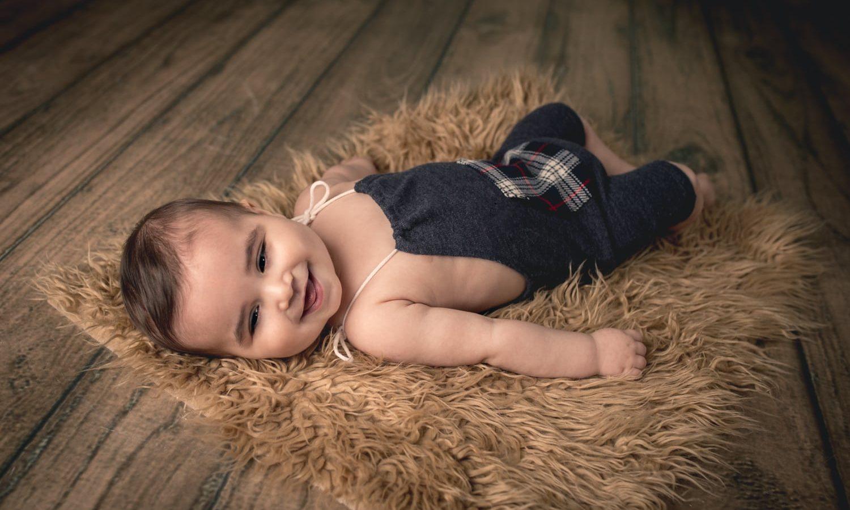 Bebé acostado con enterito