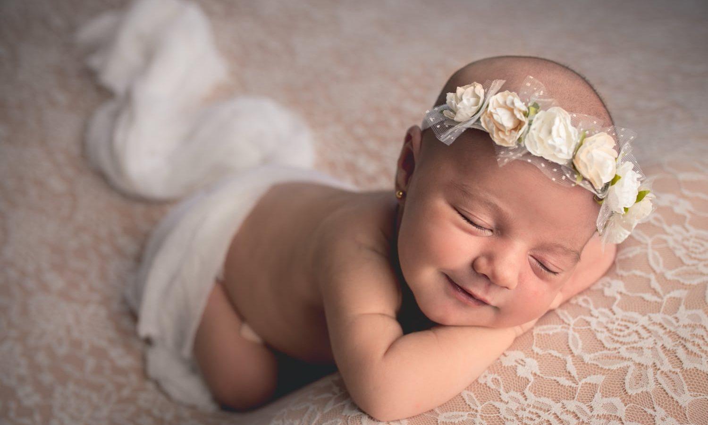 Newborn - Bebé sonriendo mientras duerme