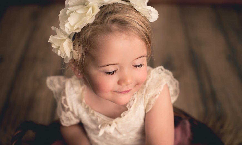 Niña pequeña con flores en el pelo y vestido